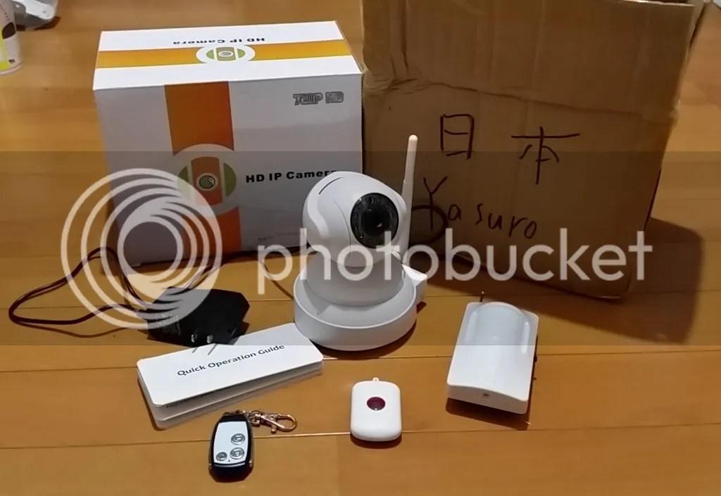 到着したRF機能付きIPカメラ。手前の小さいデバイスは左からリモコン、パニックボタン、そして人感センサー。