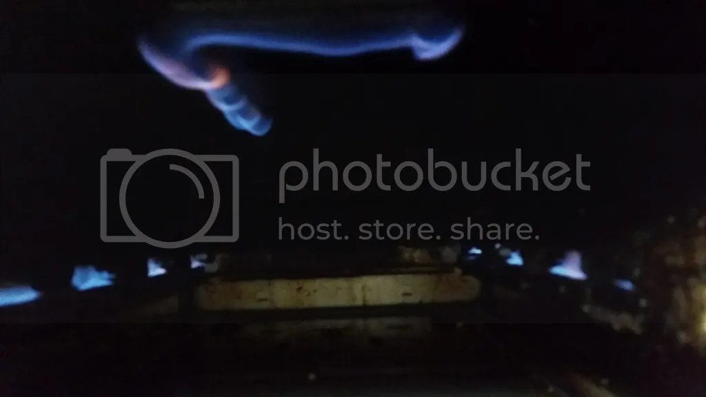 最初の着火状態。センサーに火が当たっていないためいずれ自動消火されてしまう。