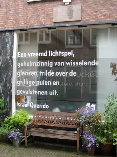 Poetry by Israel Querido, on the window of his former house
