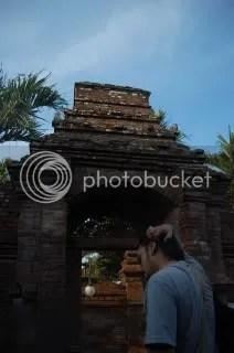 (Mas Wiwin hendak menuju arah masjid usai ziarah ke makam Sunan Kudus. Setelah beberapa eksperimen yang gagal (warna langit pucat putih), kali ini saya (tak sengaja) sukses menangkap biru langit. Foto oleh Yacob Yahya.)