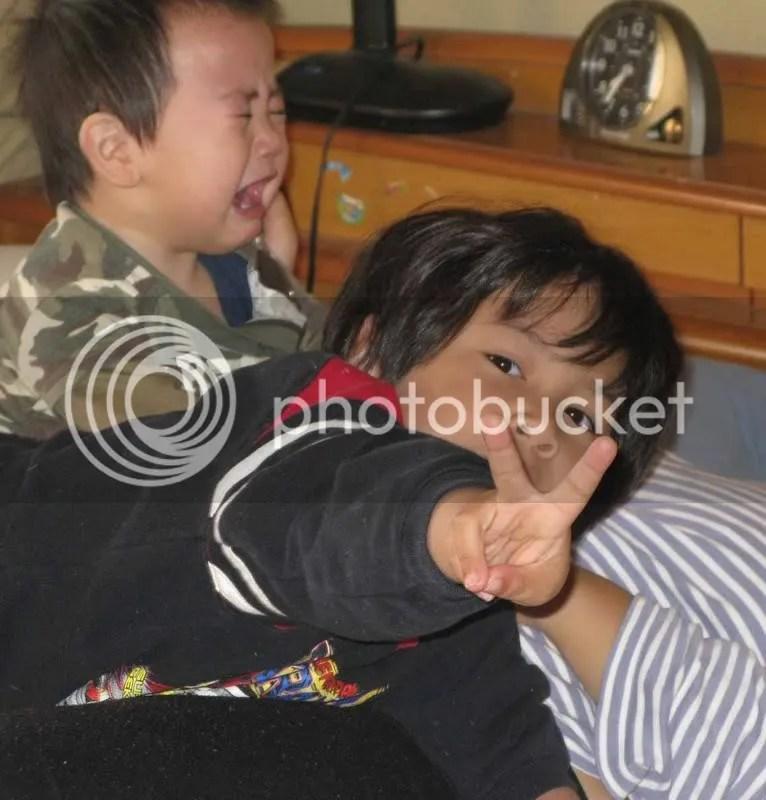 Riku dan Kai bermain di atas tempat tidur rebutan untuk menaiki mamanya...susah main sama anak laki...kasar hihihi