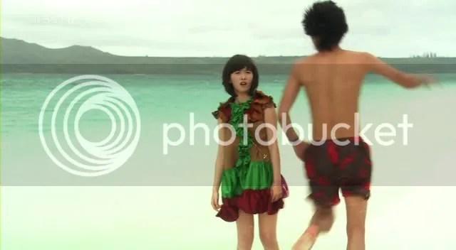 Sambil berteriak histeris, Jun Pyo berlari ke arah air saat Jan Di bilang di kakinya ada ular