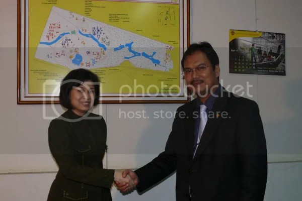 Dekan terpilih FKUI DR. dr. Ratna Sitompul, SpM(K) berfoto bersama dengan rektor UI Prof.Dr.der.Soz. Gumilar Rusliwa Somantri