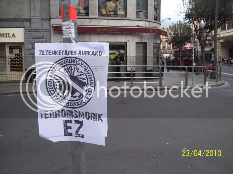 Incluso las señales de tráfico sirvieron de soporte para la cartelería de la protesta.