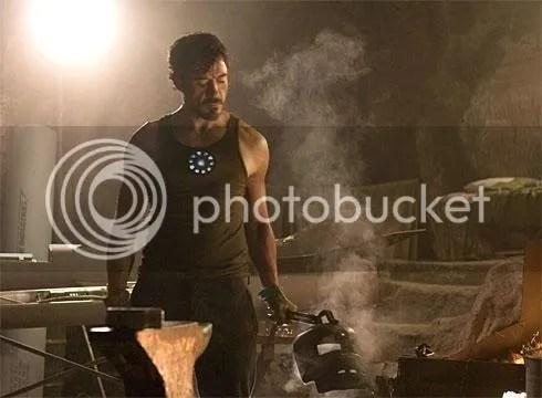 Tony Stark diseñando el traje