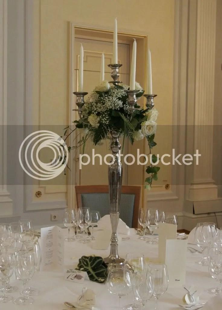 Wer hat seine Tische mit hohen silberfarbigen Kerzenleuchtern dekoriert  Einladungen Deko und