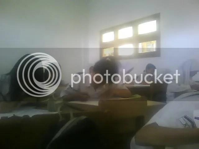 Peserta Olympade tingkat Sekolah SMA Batik 1 Surakarta sedang Serius mengerjakan soal