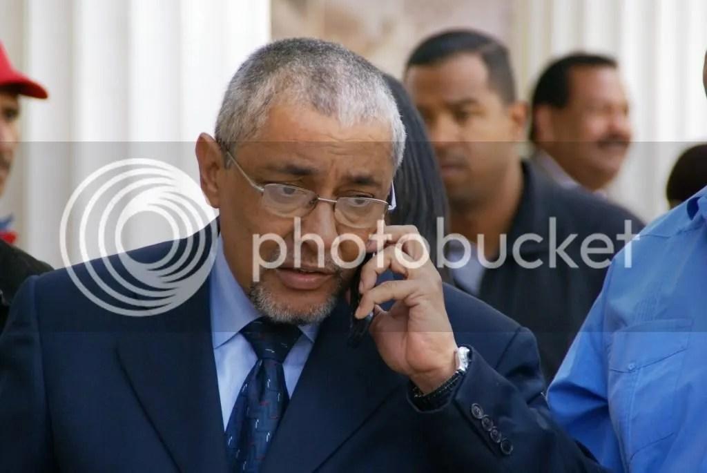 Pero no puede ser si mi tarjeta de crédito no tiene limite para los dólares, dejame llamar al Presidente del Banco Industrial