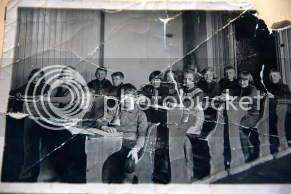 Skolan, farmor längst i vänster hörn, hennes bror Lars i höger hörn