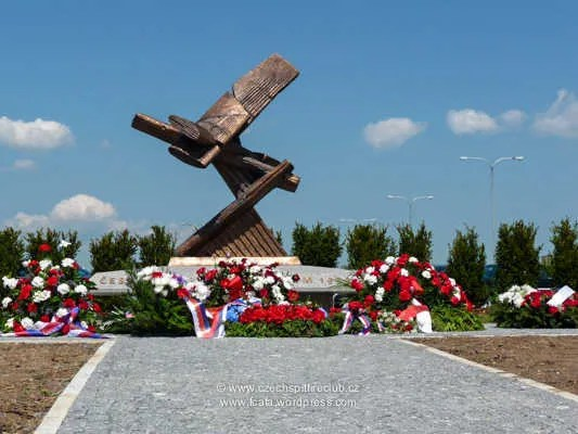 https://i0.wp.com/i171.photobucket.com/albums/u314/erding/CzRAF/Cz_Remembered_2012/Czech_Spitfire_Club_120508_Airmens_Memorial_Brno_01.jpg