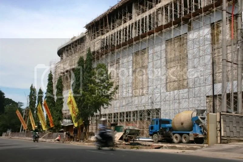 Salah satu mall besar yang memakan lahan yang tidak terpakai. Tepatnya Bioskop Parahyangan yang telah mati kemudian tanahnya dibeli oleh pengembang.