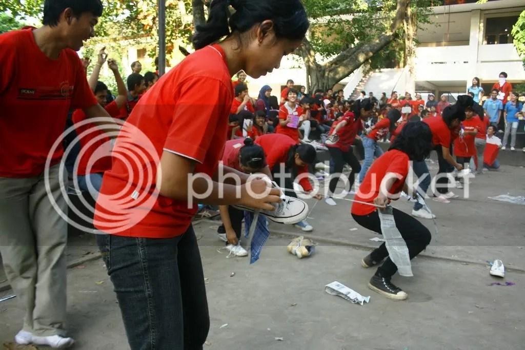 Ospek atau pengenalan kampus di Fisipol UGM tidak lepas dari permainan yang melatih kerja kelompok seperti ini.