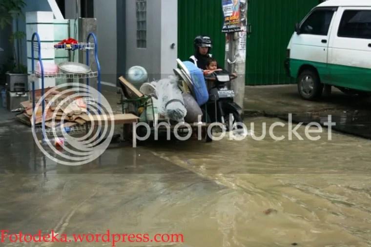 Salah satu perabotan rumah tangga salah satu warga Antasari yang dipindahkan.