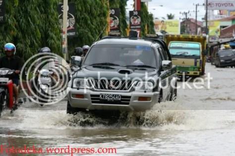 Mobil Strada ini mencoba menerabas genangan air yang tergolong tidak dalam di Jalan Antasari