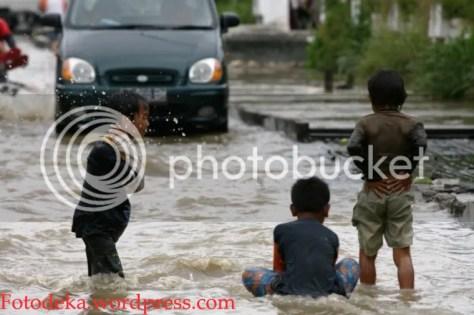 Jalan Antasari yang tergenang air biasanya dijadikan tempat anak-anak warga sekitar untuk bermain air, tetapi perlu diketahui bahaya akan arus deras yang ada di paritnya.
