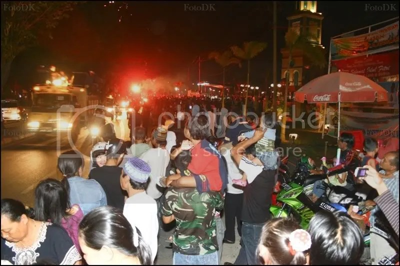 Suasana warga Samarinda yang memenuni pinggir jalan untuk menikmati keramaian malam takbiran