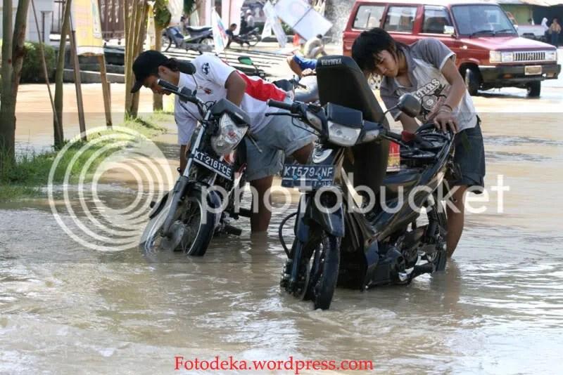 Air yang menggenang jalan yang menghubungkan Jalan Pemuda dan Kemakmuran ini dimanfaatkan oleh warga sekitar untuk mencuci motor, apalagi kendaraannya yang mogok disitu karena ketinggian air sekitar dengkul orang dewasa.