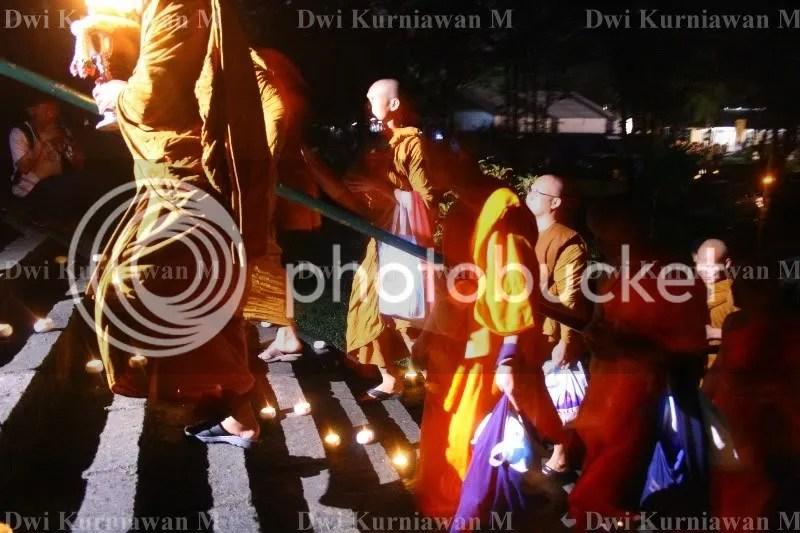 Biksu yang menuju ke tempat doa sebelum pelepasan lampion
