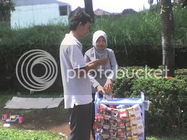 Sedang menghitung laba bersih hasil jualan kopi di Taman Yasmin