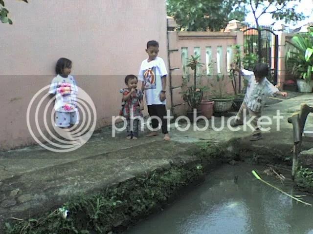 Zahra, Depi, Koko (anaknya Jepri/Ipong) dan Oka (anak bungsunya Harun/Deri)