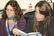 Ao lado de Júlia, Amanda lê uma poesia de Vin�cius de Moraes do livro Para Viver um Grande Amor, lançado em bancas pela Folha de S.Paulo. CLIQUE PARA AMPLIAR.