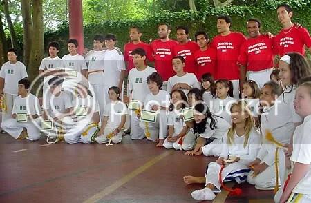 Turma de capoeira do Friburgo com os diplomas - Clique para ampliar