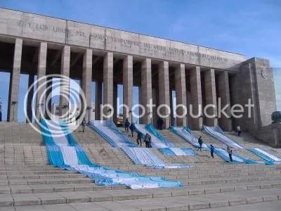 Dia de la Bandera 2007 - Banderas argentinas desplegadas En las escaleras del Monumento a la Bandera