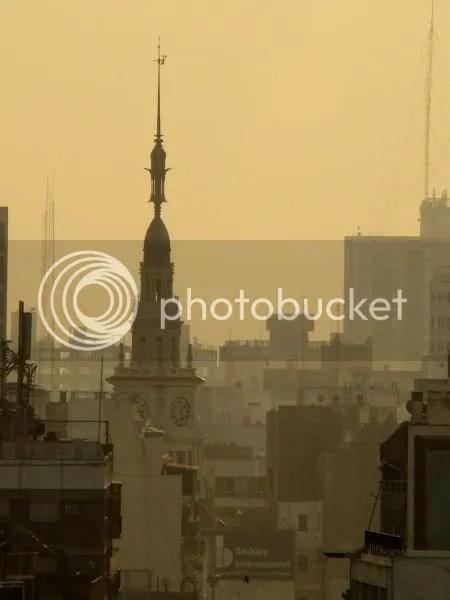 Palacio Fuentes al atardecer entre el humo