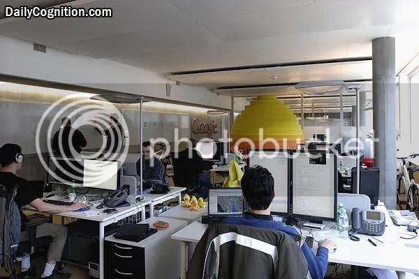 Dua layar untuk setiap karyawan Google