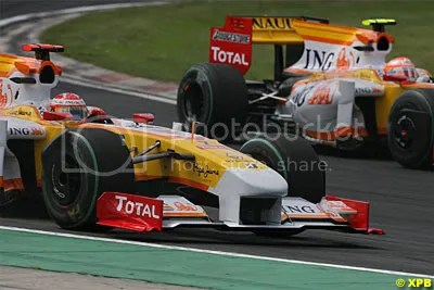 Alonsos Renault with the near wheel rim clearly out of position compared with the other Renault of Nelson Piquet passing.