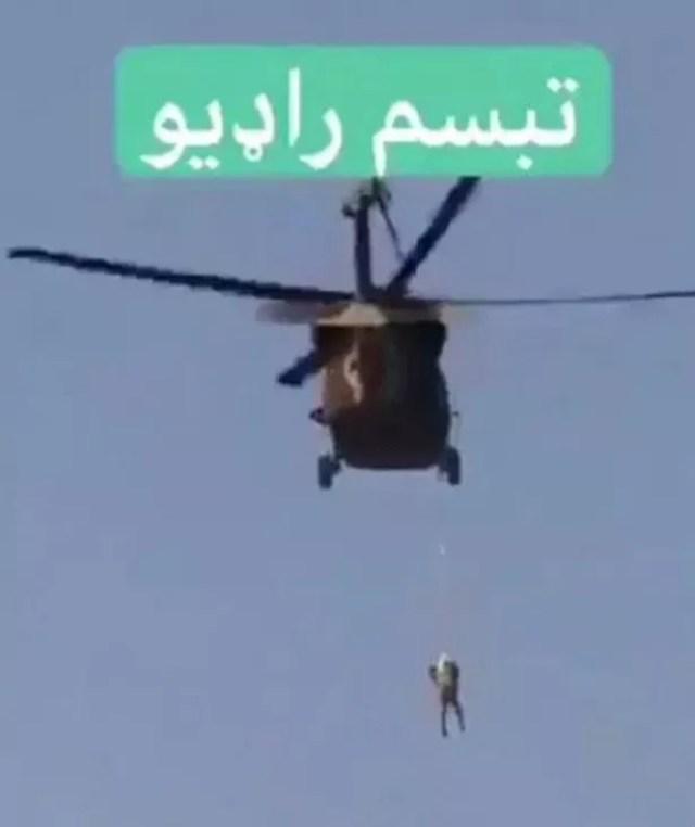 Afghanistan : Un taliban «suspendu par une corde» à un hélicoptère taliban Black Hawk-VIDEO