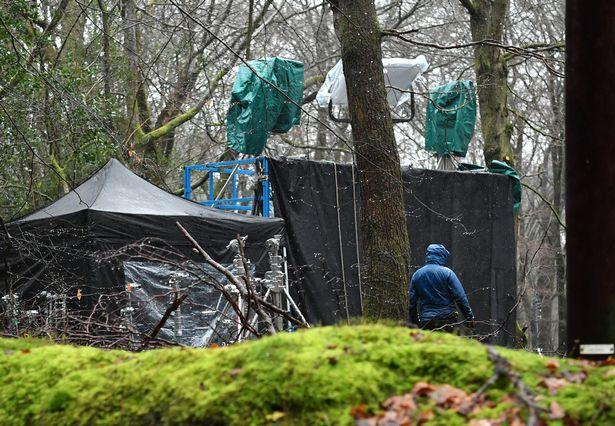Possível filmagem de The Witcher.  GVs de filmagens ocorrendo na floresta em torno de Coldharbour e Leith Hill, Dorking.  Equipes de filmagem ao longo de Coldharbour Lane