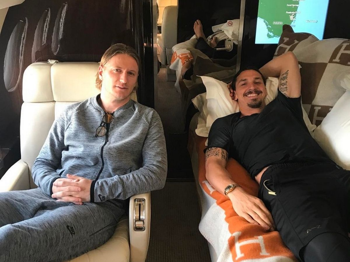 Zlatan Ibrahimovic Enjoys The High Life On A Private Jet As Man United Star Continues His Recovery From Knee Surgery Mirror Online