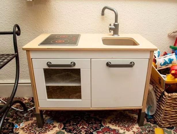 ebay kitchen sinks cabinet ideas for small kitchens 节俭的妈妈在厌倦了厌倦后第二年买不到任何新东西 international news 这个木制厨房水槽从ebay花费25英镑 图片来源 tom wren swns