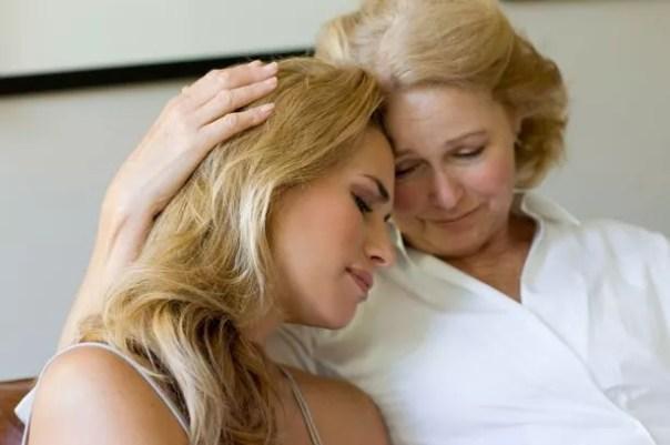 Mamá consolando a su hija
