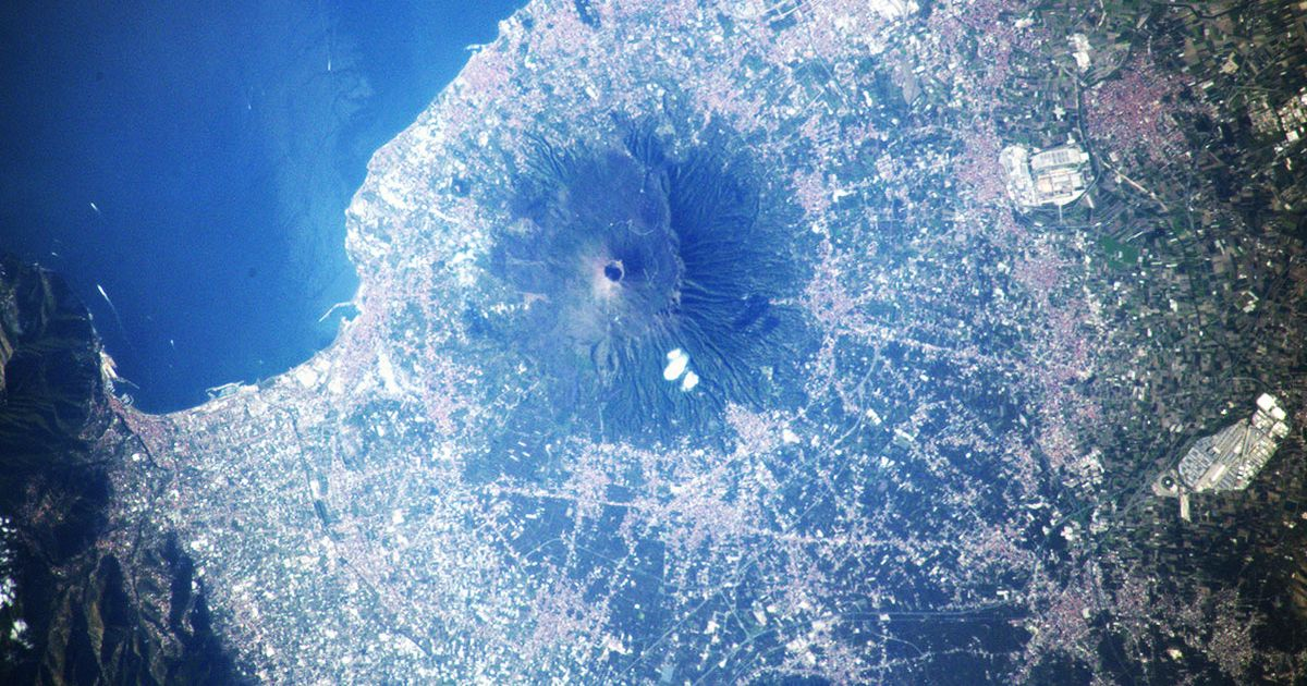 Wonderful photo of the astronaut of Vesuvius from the International Space Station