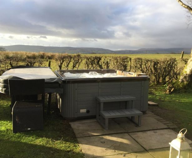 The outdoor hot tub at the Rainbow Cottage in Scotland