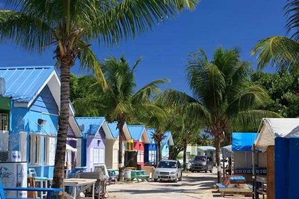 Ein Blick auf die Strandhütten und Palmen in Oistins auf Barbados