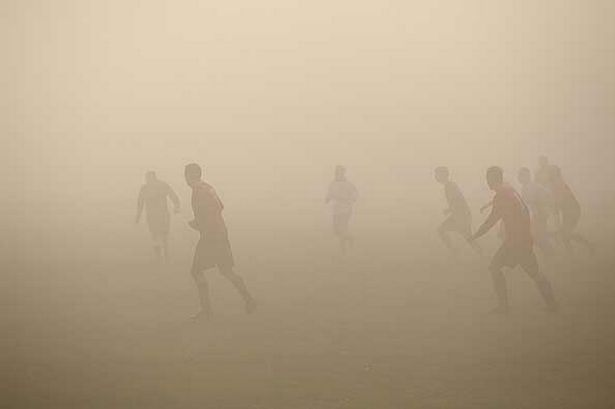 Didn't you see that ref? Thick fog disrupts football match - Mirror Online