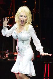 glastonbury headliner dolly parton