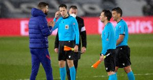 """""""Let me talk!""""  – Angry Gerard Pique confronts the referee while Barcelona loses El Clasico"""
