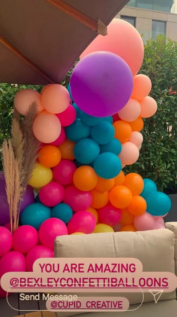 Vogue compartió instantáneas de los coloridos arcos de globos