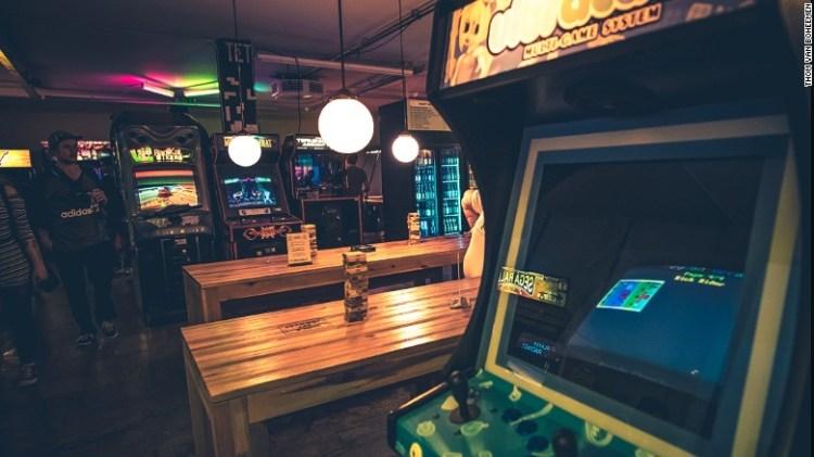 giochi arcade retrò e snack moderni sono il tiro a TonTon Club.
