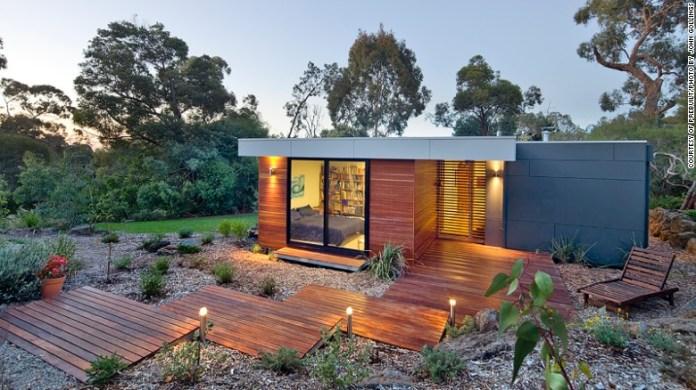"""Società australiana & lt; a href = """"http: //www.prebuilt.com.au/our-houses/pre-designed/eve/"""" Target = """"_blank"""" & gt; Prebuilt & lt; / a & gt; offre case modulari personalizzate e quattro modelli predefiniti concepiti dall'architetto Pleysier Perkins. Il modello Eve è disponibile in sette configurazioni diverse e presenta un'ampia area divertente all'aperto coperta. & Lt; br / & gt;"""