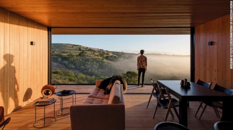 """Il team di & lt; a href = & quot; http: //mapaarq.com/ede-refugio-en-finca-aguy-pueblo-eden"""" Target = & quot; _blank & gt; MAPA Architects & lt; / a & gt; Ha inventato un rifugio contemporaneo che è stato fabbricato in una fabbrica vicino a Montevideo, in Uruguay, e poi trasportato al sito di Pueblo Edén."""
