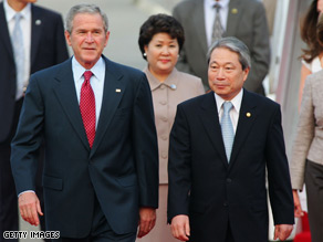 President Bush walks with South Korean Foreign Minister Yoo Myung-Hwan.