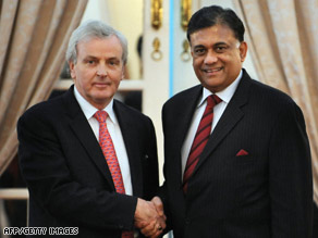 U.N. humanitarian chief John Holmes meets with Sri Lanka's FM Rohitha Bogollagama in Colombo Monday.