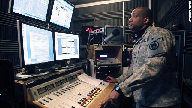 EE.UU. sargento.  Brad Ruffin trabaja en Radio Libertad de Irak durante sus últimas horas antes de salir del aire para siempre.