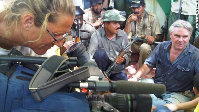 CNN Ben Wedeman (R) y camarógrafa María residentes entrevista Rogers en Sabha el 21 de septiembre.