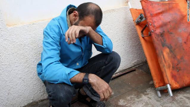 Un hombre palestino llora fuera de un hospital en Rafa, Gaza, el sábado.